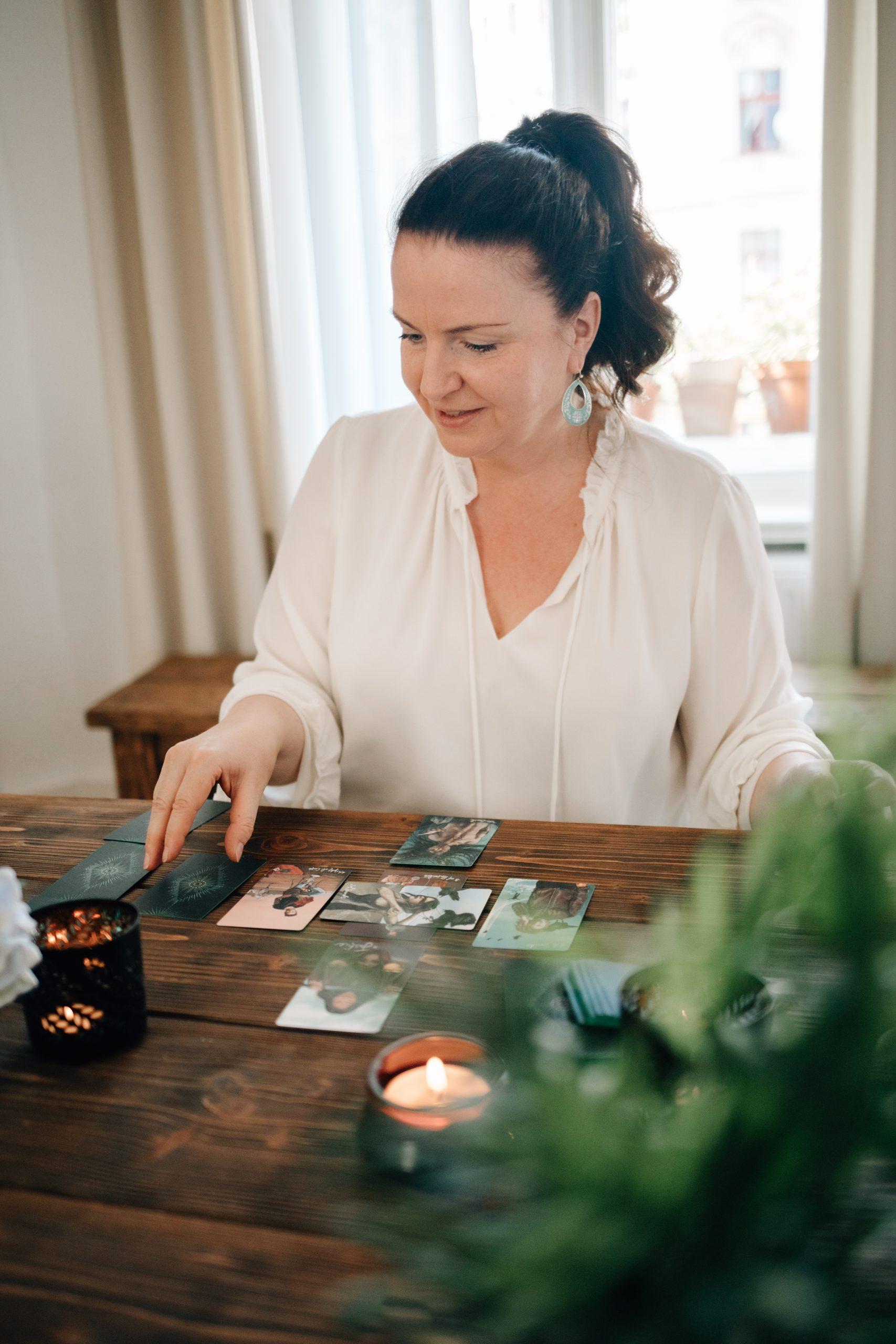 Die Tarotkurse von Doreen Kempa stellen eine Tarotausbildung im Karten-Legen und Karten-Lesen.